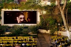 10 λόγοι που κάνουν το ελληνικό θερινό σινεμά ακαταμάχητο κάθε καλοκαίρι!