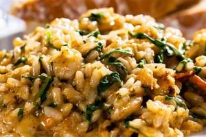 Συνταγή για Ριζότο με σπανάκι, μπέικον και γραβιέρα