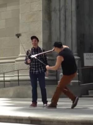 Απίστευτο! Μανιακός κόβει με κλαδευτήρι τα selfie stick των τουριστών στη Νέα Υόρκη! (VIDEO)
