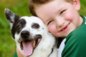 6 λόγοι για να μεγαλώσει το παιδί σας με κατοικίδιο