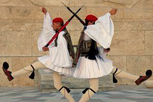 Τι συμβολίζει η Ελληνική Στολή του Εύζωνα;