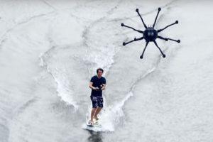 Drone surfing: η νέα μόδα για σερφ στις παραλίες! (VIDEO)