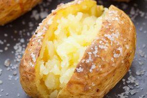 Η καλύτερη σπιτική συνταγή για πατάτες ψητές με τη φλούδα σε αλουμινόχαρτο