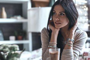 Πώς ο χρόνος που περνάς μόνη σου βοηθάει τη σχέση σου;