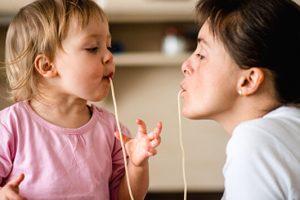 Τα παιδιά μας τρώνε ό,τι τρώμε. Άλλαξε τις διατροφικές σου συνήθειες σήμερα, για να σε μιμηθεί!