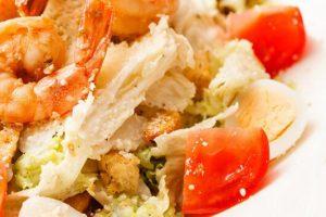 Η καλύτερη συνταγή για σαλάτα Caesar με ψητές γαρίδες.