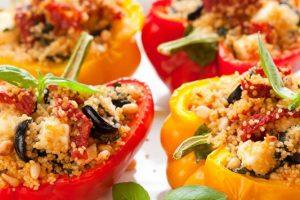 Η καλύτερη συνταγή για πιπεριές γεμιστές με κους κους, λιαστή ντομάτα και φέτα.