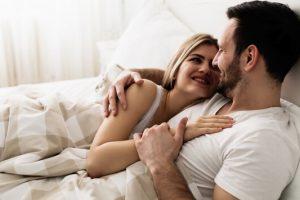 4 πράγματα που κάνουν τα ευτυχισμένα ζευγάρια πριν κοιμηθούν.