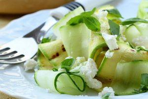 Η καλύτερη σπιτική συνταγή για δροσιστική σαλάτα με κολοκυθάκια, αγγούρι και φέτα.