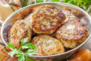 Η καλύτερη σπιτική συνταγή για μπιφτέκια κοτόπουλου γεμιστά με τυρί.