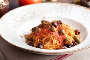 Η καλύτερη σπιτική συνταγή για σπαγγέτι με σάλτσα φρέσκιας ντομάτας, κάππαρη και ελιές.